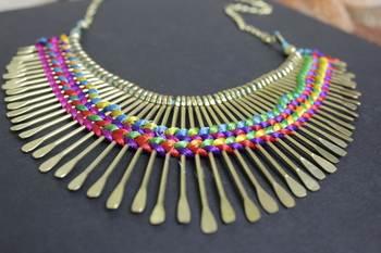 Multicoloured spikes thread necklace
