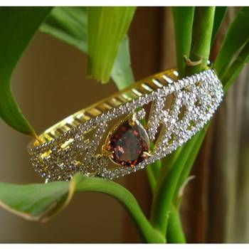 Bracelet studded with wine color zircon stone