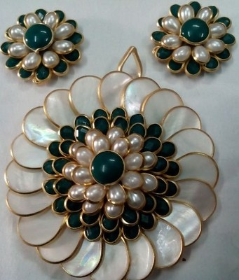 white and green pachi pendent with earrings