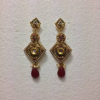 Diamond shaped earrings in Red