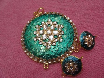 Green enamel pendent with earrings