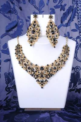 Stunning Necklace Set in Black and Gold