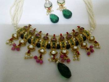 pearl chick necklace with green emerald dropletsq