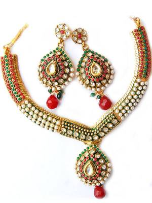 Stylish Pendant Set from Maayra